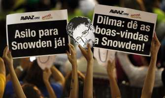 "<i>Edward Snowden a hero in Brazil. Signs read</i> ""(President) Dilma, welcome Snowden."""